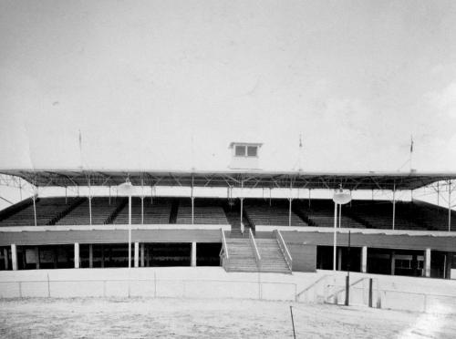 oak-downs_grandstand_day_hurst_bw