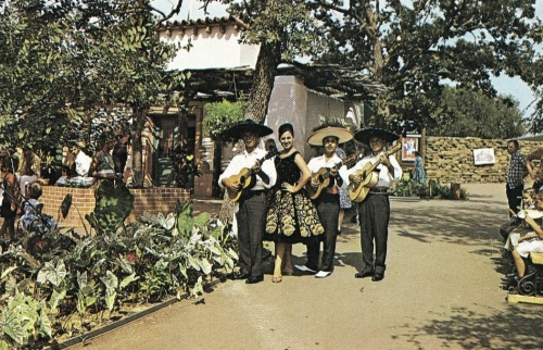 six-flags_mexican-section_mariachis-flickr