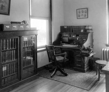 desk_st-pauls_nurses-library_1910_utsw_chas-e-arnold