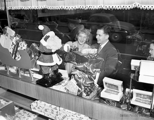 xmas-shoppers_121650_hayes-collection_DPL