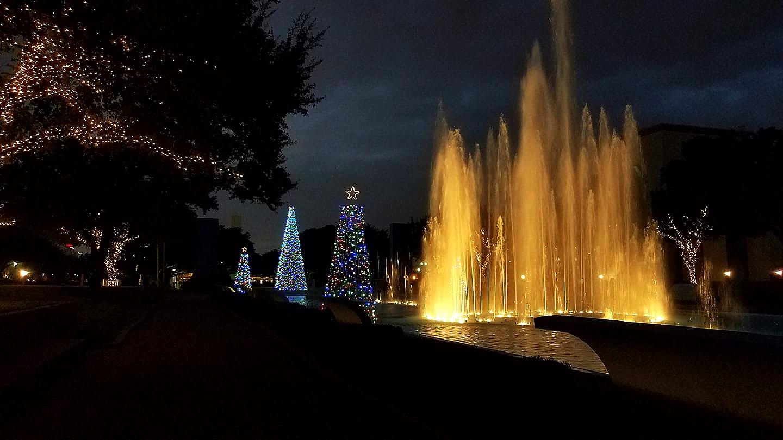 xmas_esplanade_121918_fountains-night