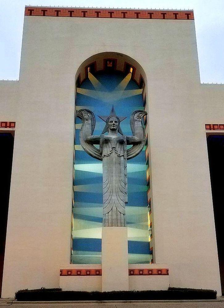xmas_explanade_dusk_texas-statue_121918_paula-bosse